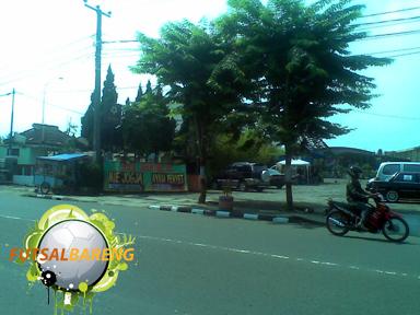 Pintu Masuk Cibabat Futsal (kanan jalan). Di area parkirnya ada yang jualan Mie Jogja. Masuk saja kedalam (area parkirnya luas banget).
